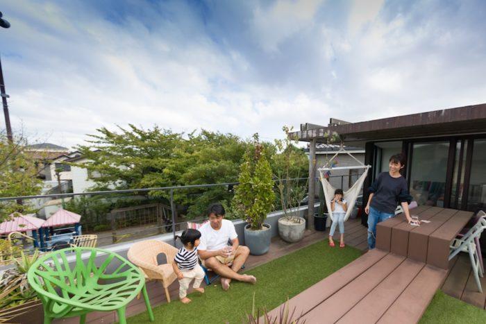 心地よい風が吹く、緑いっぱいの屋上テラス。友美さんが運営するMAMANOTEは、手芸やデザート作り、こどもレッスンなど、様々な企画を開催。