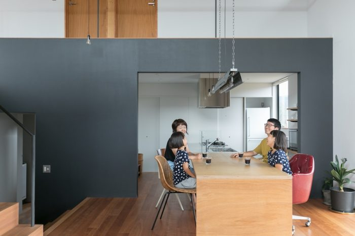 キッチンとダイニングテーブルの高さをそろえて、ひとつながりに。奥さんは食事の準備から片づけまでの動線が使いやすいと大喜び。