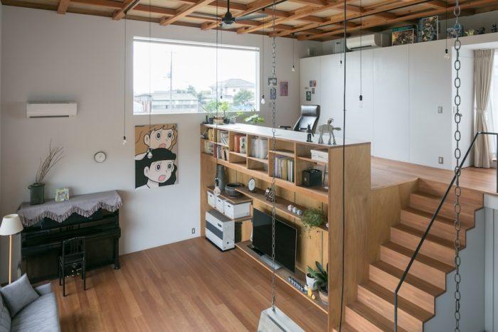2階から見下ろす。書斎スペース脇の窓が明るさとともに外の風景を切り取り、印象的に見せてくれる。