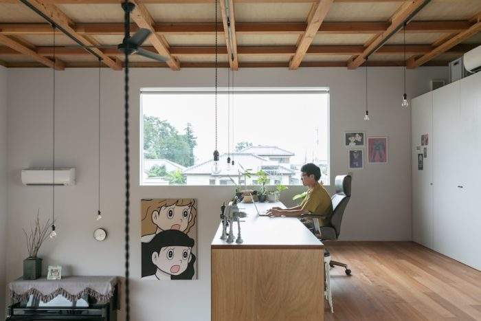 書斎スペースは、壁がなくとも天井に近いこともあり、思ったより落ち着く空間。窓からは子供たちが通学している姿も見える。