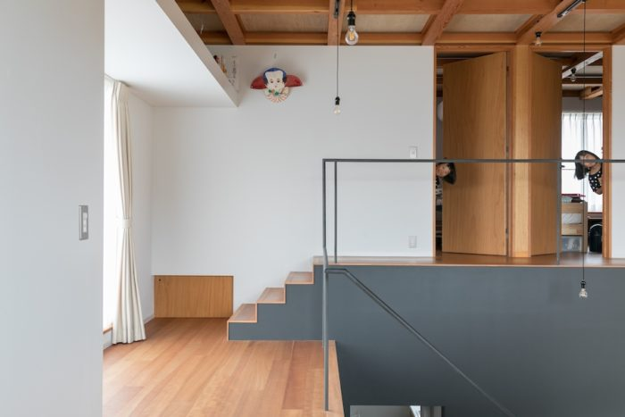 大きなテラスへ出られる踊り場を抜け、数段の階段が子ども部屋へと誘導してくれる。階段の下には収納スペースを。
