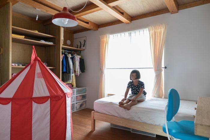 次女の部屋は赤で統一。天井も低く、リビングと違いひとりで篭れる空間になっている。