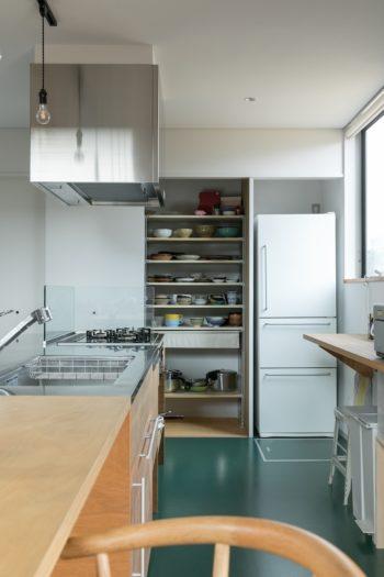 キッチンは油はねがあるので床には長尺シートを。ダイニングとのレベルを合わせるためにキッチンの床が下がっていることがわかりやすいようにという意味も。