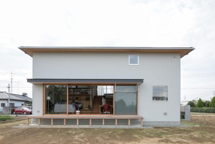 庭側から家を見る。窓が何箇所もないのでシンプルな壁面に。
