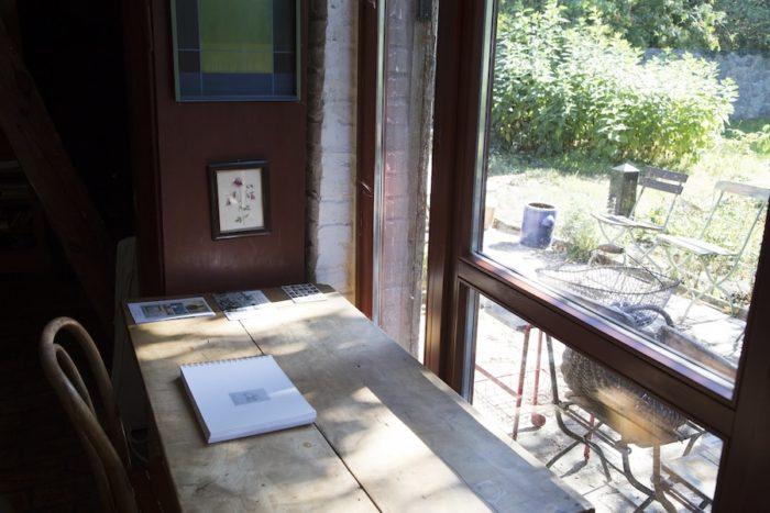 テラスを臨む作業スペース。