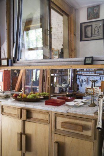 キッチンに置かれた大理石とウッドのキャビネット