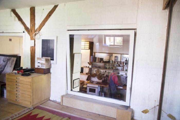 オフィス、作業ルームからキッチン・リビングが見渡せる。