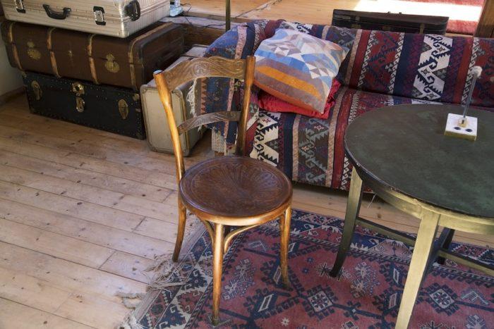 ベルリン時代から使っているトーネットの椅子やペルシャ・カーペット。