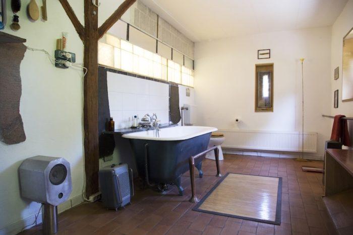 バスルームには音楽を聞くためのスピーカーも設置した。