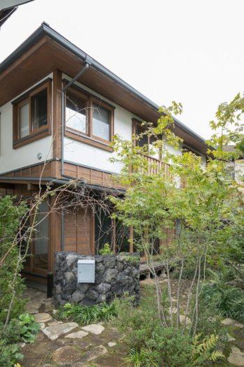 南西側外観。竣工後に植栽した木々が住まいを彩る。造園は、雑木の庭を得意とする浦和の造園屋に依頼した。