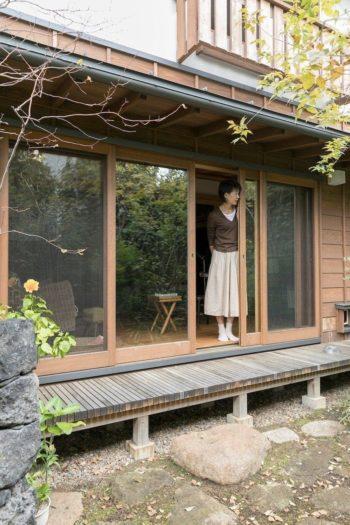 住まいと庭をつなぐ濡れ縁。板張りの外壁と木製ガラス戸が、新築の家に懐かしい印象をもたらす。