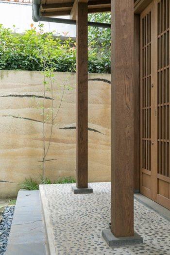 アプローチの突き当たりは土を突き固めてつくる版築壁とした。