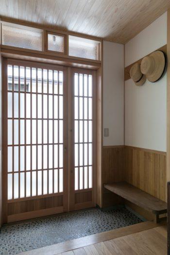 玄関の帽子掛けやベンチは、江戸東京たてもの園に残る家屋を参考にした。三和土の玉砂利洗い出し仕上げは水奈さんの祖父母の家にならった。