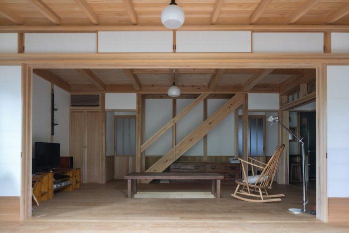庭から掘りごたつのある居間を見る。美しい床材は、岩手産の無節の栗のフローリング。