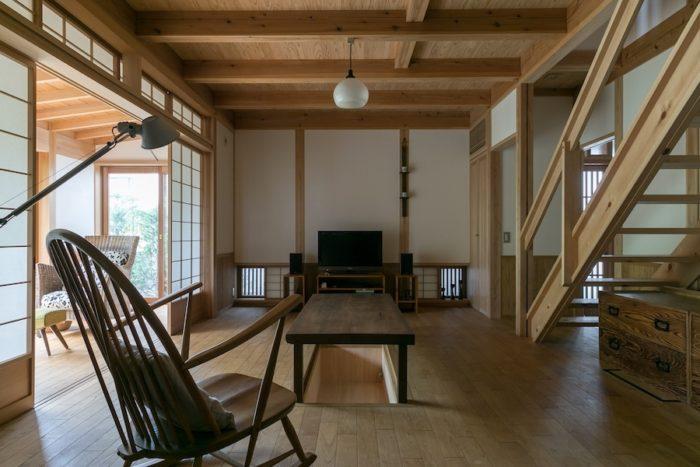 ダイニングから居間を見る。広縁の障子はすべて引き込むことができ、居間と一体の空間として使うこともできる。