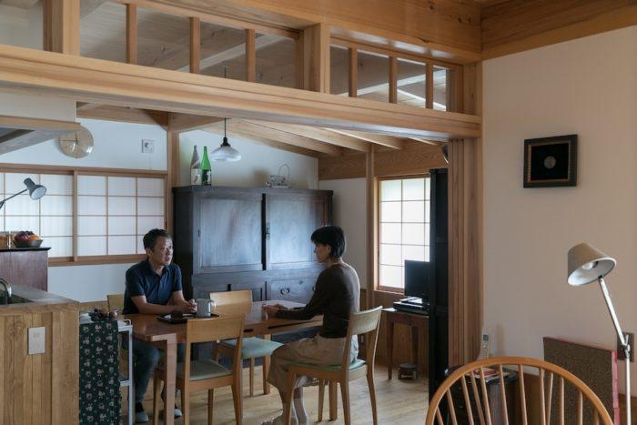 ダイニングキッチンで、水奈さんと話す日影さん(左)。奥の水屋箪笥も、以前から使っていたもの。