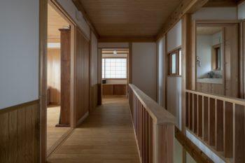 ゆったりとスペースをとった2階の廊下。廊下の左手に、寝室と書斎が二つある。