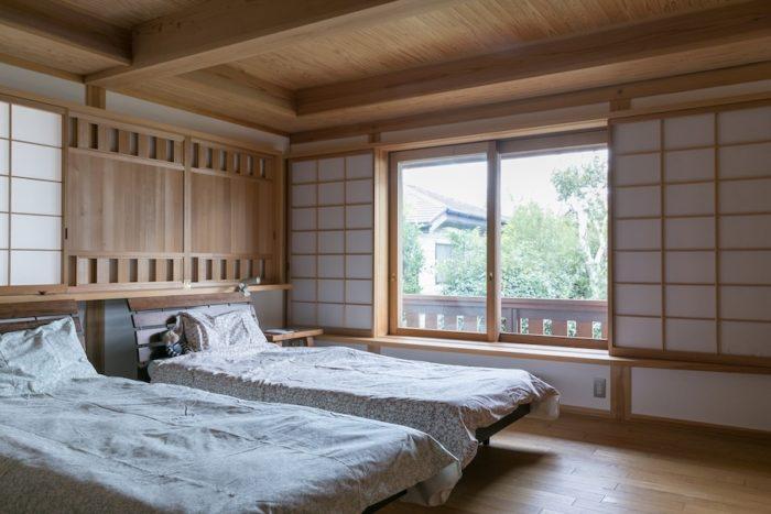2階の寝室。ヘッドボードの上の無双窓のおかげで、暑い夏でも風通しよく眠ることができる。
