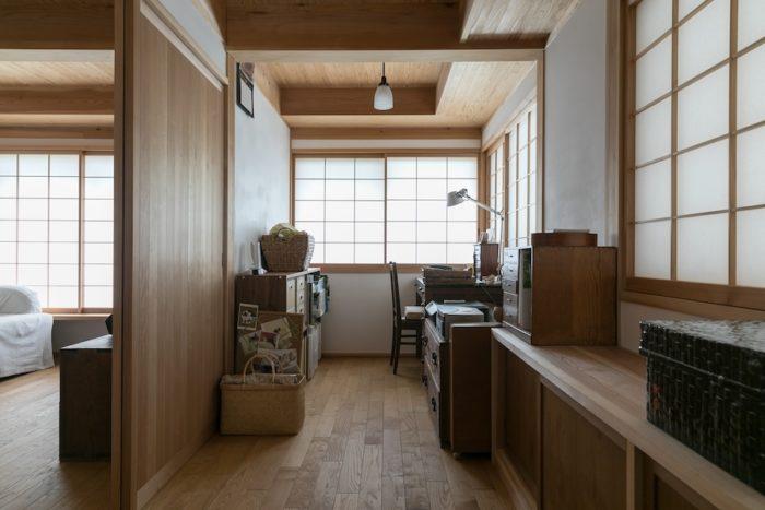 水奈さんの書斎は。縁側サイズの仕切られた空間。「風が抜けて気持ちいいんです。ちょっとした空気感の違う場所があるところがとても気に入っています」。