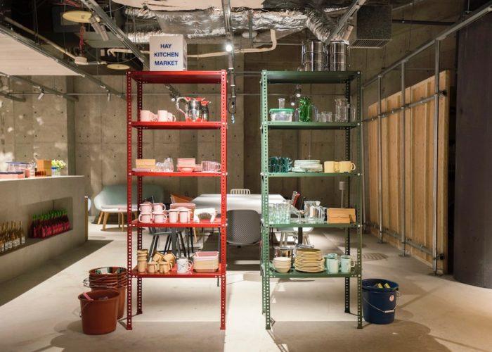 さまざまなキッチン用品やツールが並ぶ。