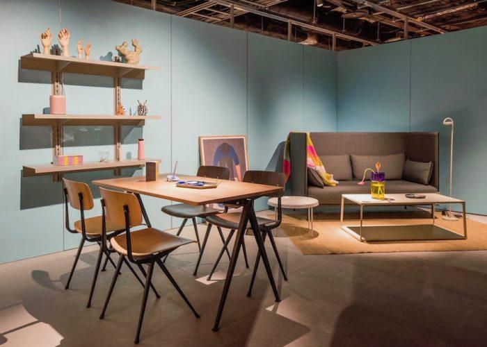 奥のソファは、ガムフラテージがデザインを手がけた「シルエットソファ」。手前の「リザルドチェア」は、1950年代の名作をHAYが復刻した椅子。