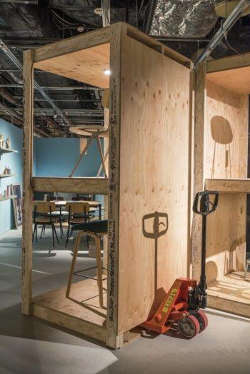 ハンドリフターで木製パレットの什器の移動も自在に。