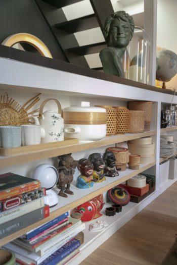 日本やタイなどから持ち帰ったグッズを陳列。トータルコーディネートは野暮ったく好きではない。鋳物のミッキー・マウスは、マリエルさんの祖父が注文を受けて作成した世界初のフランス製ミッキー・マウス。