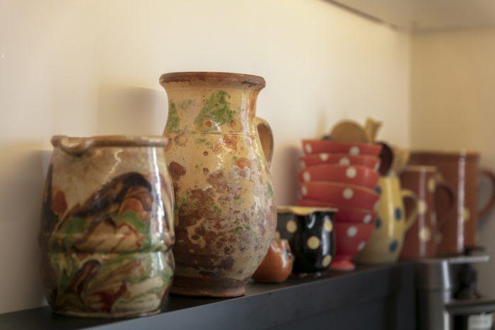 キッチンに古い食器をディスプレイ。家族に代々伝わる南仏の別荘にあった焼き物たち。