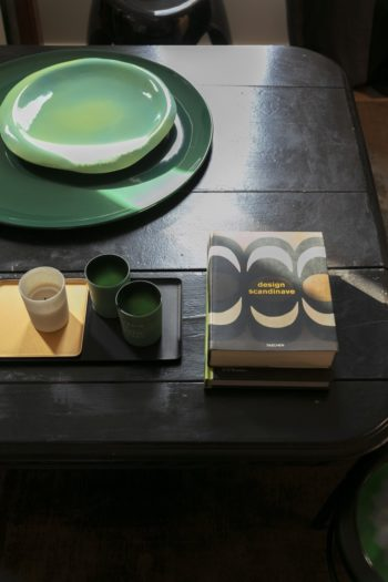黒いテーブルが空間を引き締め、そこに置くものの価値を浮き立たせる。