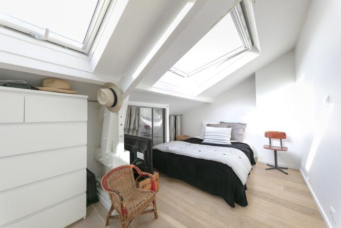 3階のベッドルーム。天窓をつけ自然光と開放感を可能な限り取り入れた。天井の低い部分は収納に活用。