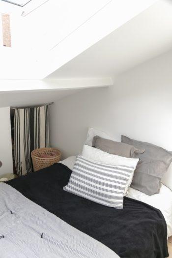 天井の低い部分をデットスペースにせず、カーテンをつけて収納に。