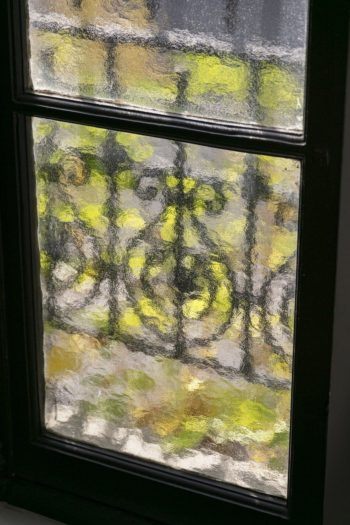 窓の外のグリーンが映り込み印象派の絵画のよう。「外は自分の庭」という気分になれるマリエルさんのお気に入り。