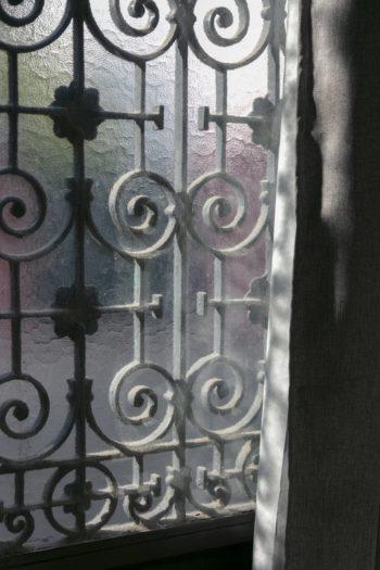 玄関のドア。厚手のカーテンには遮光と断熱効果がある。