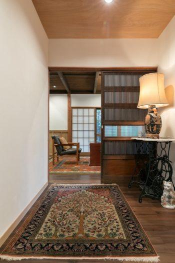 玄関から一階リビングへ。素敵な絨毯やスタンドを配した、海外の生活が長かった青木さんならではのインテリア。