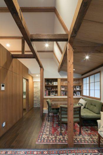 2階のダイニングでは、主に朝食と昼食をとるそう。白い天井に映える古い梁が美しい。