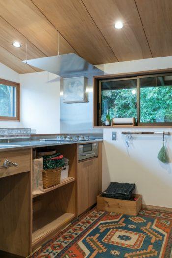 2階のキッチンはコンパクトに。スリムな換気扇のデザインが美しい。