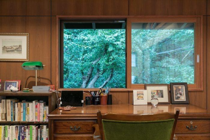 書斎の窓の外に広がる、四季折々の樹々の姿を楽しむ。