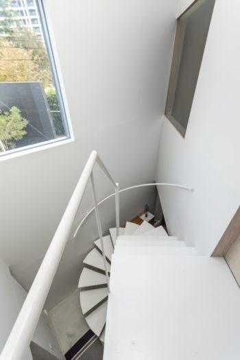 2階からはハイサイドライトを通して外の景色を遠くまで望むことができる。