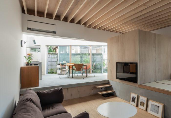 トップライトの載るダイニング・キッチンは、西側の外部空間とも連続させて開放感をさらに高めている。