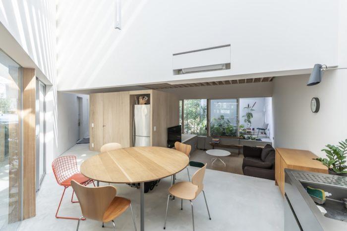 白い壁によって光が反射して西側の外部空間よりも明るいというダイニング・キッチン。