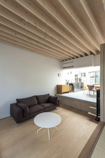 65cm下げておこもり感のあるリビング。天井は木造であることを示すためにここだけ構造を現しにした。