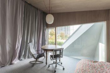 2階の娘さんの部屋の開口からは公園が見える。左のファブリックは安東陽子さんのデザイン。