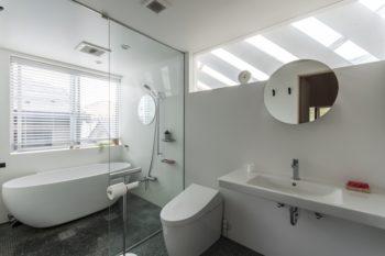 洗面室・浴室からも視線が気持ちよく外に抜ける。床は娘さんの要望で大理石のモザイクタイルにした。