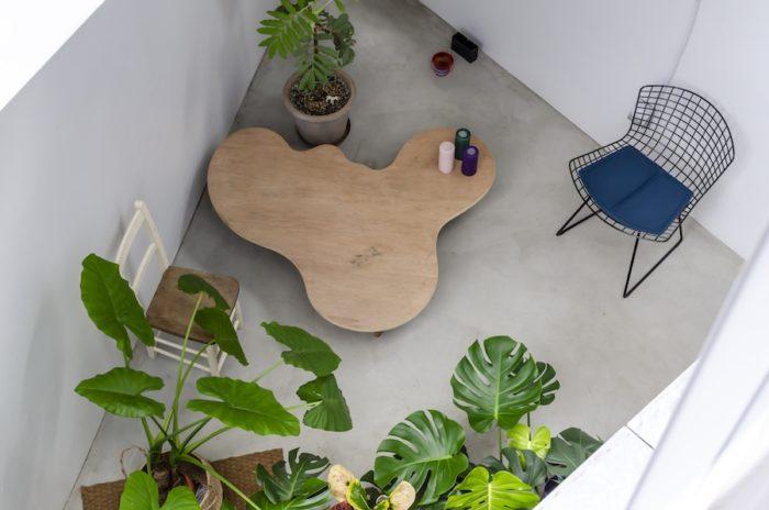 2階から道路側の〈庭〉を見下ろす。お気に入りの家具と緑でコージーなスペースになっている。