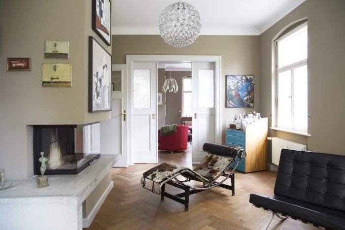 暖炉の部屋、ペイティングが点在し、尊敬する巨匠建築家コルビジェとミース・ファン・デア・ローエの椅子が並ぶ。