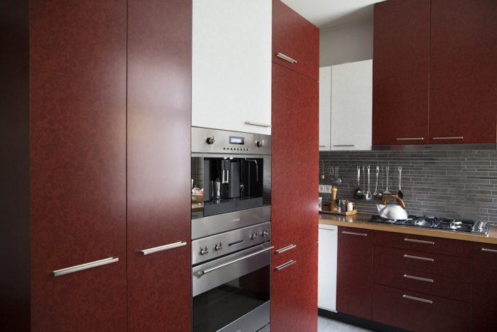 キッチンはビルトイン式。扉の花のパターンはマティアスさんが選んだ。地下のサウナ・エリアと同じモチーフで統一。