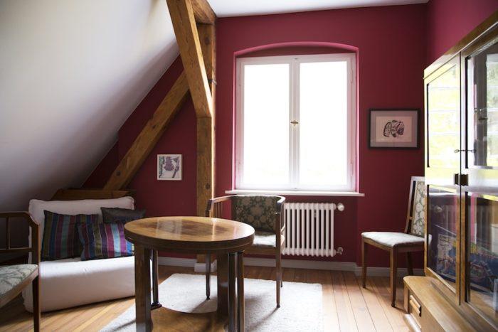 2階、趣味の部屋。絵を描くなど、ちょっとした作業に使っている。