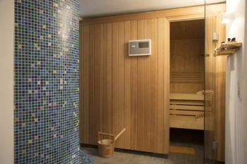 地下のサウナ、左手奥にはLEDライトを使用したタイルのシャワーが続く。