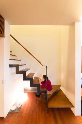 スケルトン階段は、花梨ちゃんの読書スペースにも。