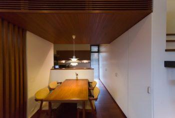 低めの天井が落ち着く空間に。今野さんの仕事の打ち合わせや花梨ちゃんの勉強スペースとしても活用。
